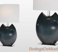 Lámpara para Recámara ocasional con cuerpo de cerámica acabado en color negro y con pantalla oval de tela blanca sobre estireno