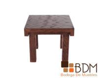 Mesa lateral para sala fabricada en MDF con enchapado en encino disponible en color nogal, tabaco, chocolate, gris y blanco. Las medidas de esta Mesa lateral son de 60 cm de largo x 60 cm de ancho x 50 cm de altura.