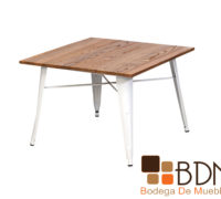 Mesa cuadrada infantil cubierta de madera