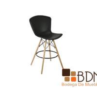 Silla alta con patas de madera y asiento en plastico