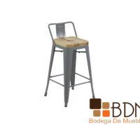 Silla alta con estructura de acero y asiento de madera
