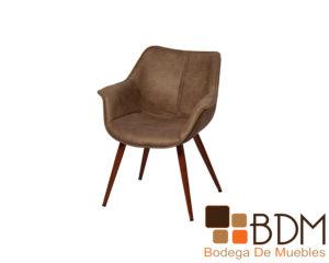 Nuestra elegante silla con base de metal y tapiz de tela en color gris claro Diamante Adara le dará un toque de modernidad a su estancia. Por su moderno y sencillo diseño es fácil de combinar en cualquier estancia o fondos. El estilo es moderno, y la forma de su asiento es diferente, por lo que llamará la atención de sus visitas. El material de metal, y tapiz de microfibra son más resistentes, suaves y le brindarán más comodidad. Por su base de metal es más resistente al tiempo, por lo que lucirá más tiempo como nuevo. Y el tapiz de microfibra grabada es más suave para darle más confort a usted y a sus invitados. Puede encontrar esta moderna silla en un color gris claro que es fácil de combinar con otros tonos y fondos, o puede elegirla en gris oscuro, o café. Las medidas de la silla Diamante Adara 70 x 60 x 45 x 80 son adecuadas para acomodarla en un espacio mediano. Por su versátil diseño, la podrá acoplar en un comedor mediano, o en la sala. Además, por el tono claro de su tapiz la podrá combinar con infinidad de colores y fondos. Sin duda, la silla Diamante Adara será el complemento perfecto en su estancia.