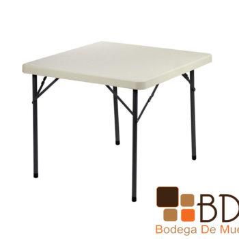 Mesa plegable con cubierta de plastico en color blanco y patas de metal