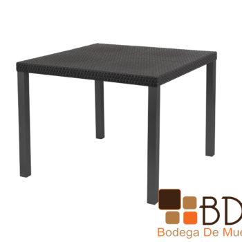 Mesa para exterior con patas de acero y cubierta polipropileno